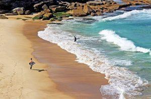 Visitar Playa Tamarama en Sydney con surfers