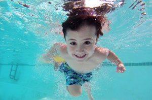 niño nadando en piscina en Sydney