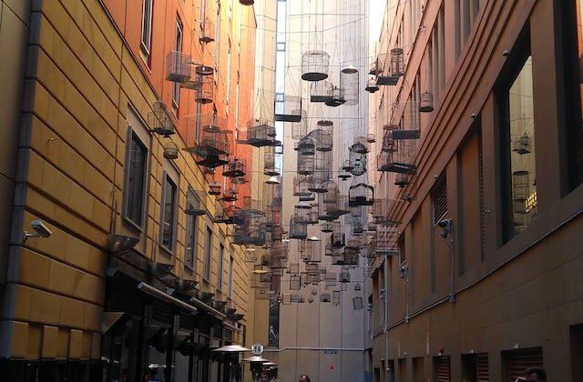 Jaulas de pájaros colgadas en el callejón Angel Place de Sydney