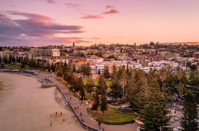 Vista aérea de la explanada de Coogee al atardecer. Uno de los barrios en donde vivir en Sydney con niños.
