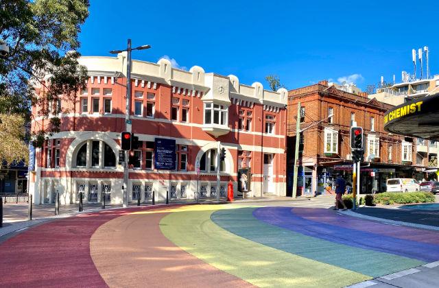 Paso peatonal con colores del arcoíris. Hospedarse en Darlinghurst.