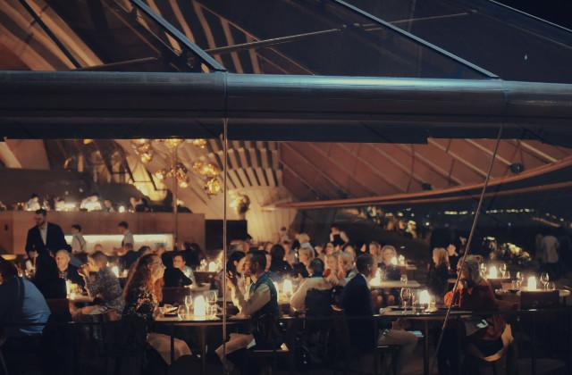Personas sentadas en el restaurante Bennelong en Sydney