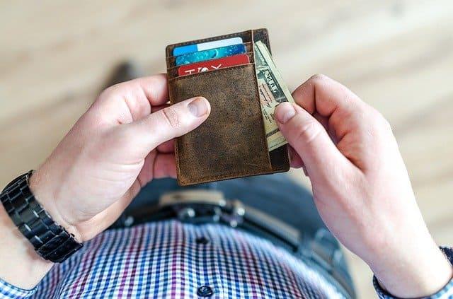 Persona sacando dinero de su cartera