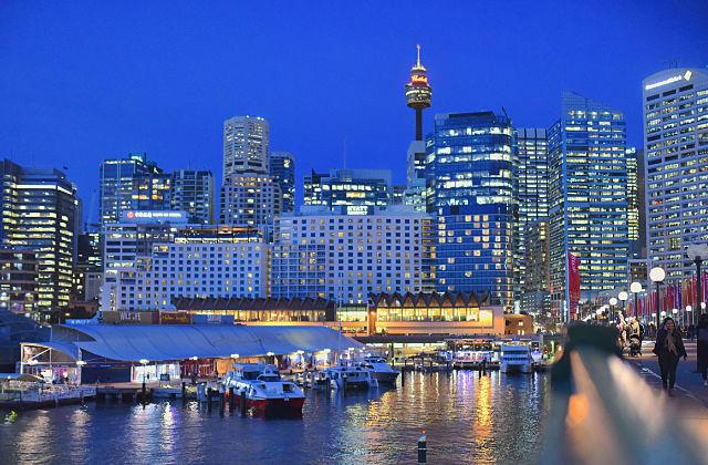 Precinto de Darling Harbour en Sydney por la noche