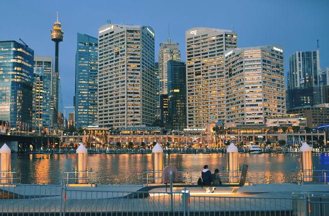 Luces alumbrando Darling Harbour por la noche