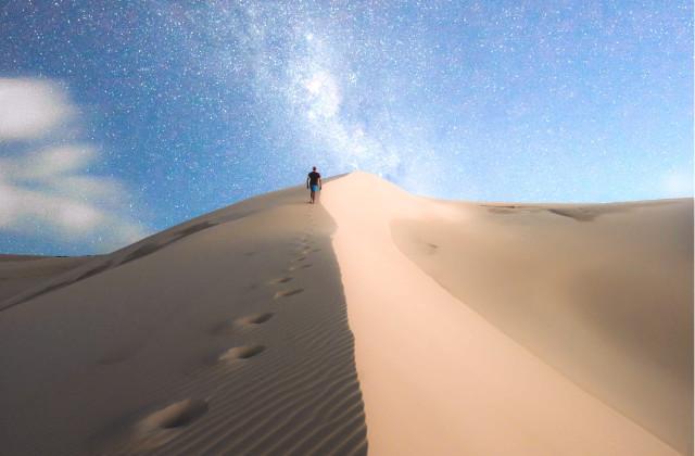 Persona caminando sobre las dunas de arena en Port Stephens