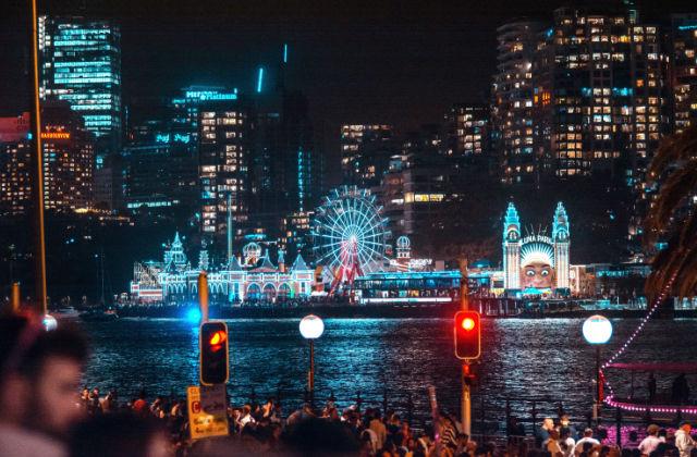 Parque de atracciones Luna Park durante la noche