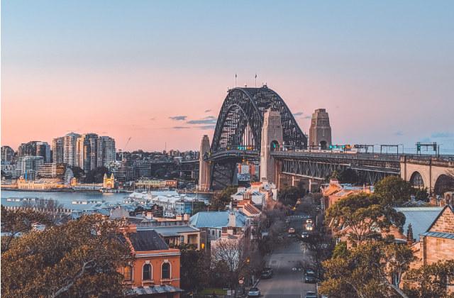 Vista del Puente de la Bahía en Sydney en Otoño