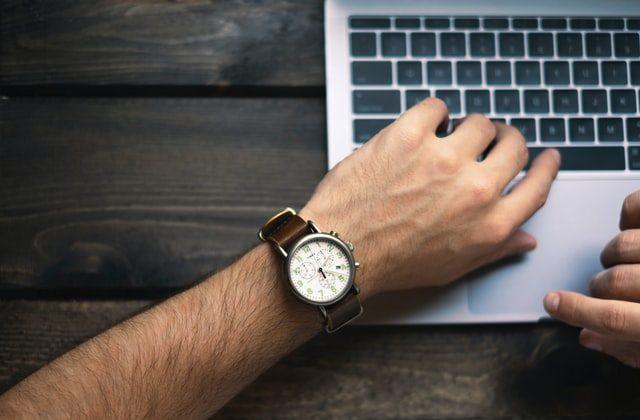 Persona mirando la hora en su reloj