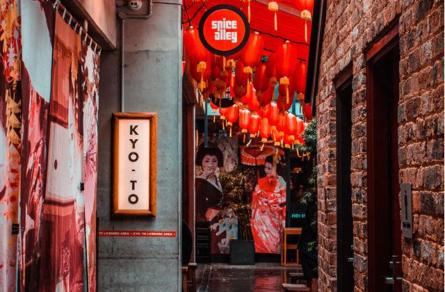 Callejuela Spice Alley con decoración Asiática