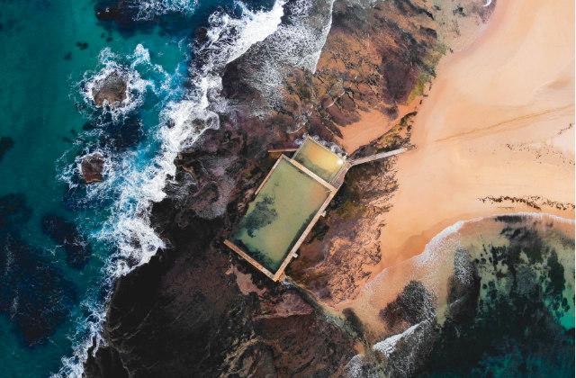 Vista aérea de Mona Vale Rock Pool, una de las piscinas costeras en Sydney