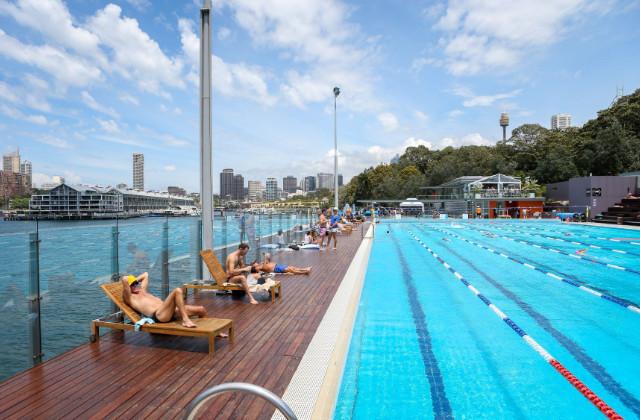 Piscina pública en Sydney con gente tomando el sol