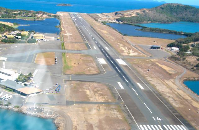 Vista desde avión aterrizando en el aeropuerto de Hamilton Island en Whitsundays