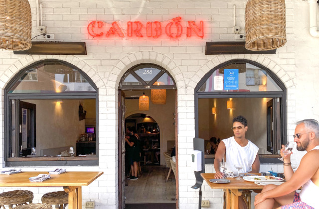 Fachada de restaurante de comida mexicana en Bondi mientras dos personas hacen bottomless brunch en sydney
