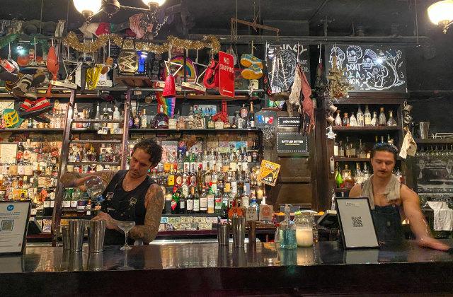 Bartenders haciendo bebidas en el bar Ramblin' Rascal Tavern. Uno de los bares alternativos en Sydney