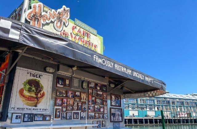 Pie de Harrys Cafe de Wheels en Sydney - comida barata sydney