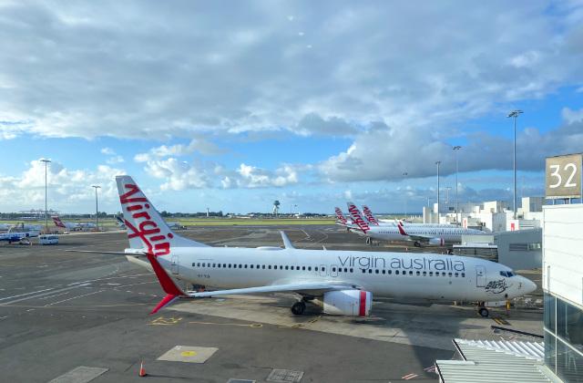 Avión en el aeropuerto de Sydney aterrizando con gente que aplicó para la visa de pareja en Australia.