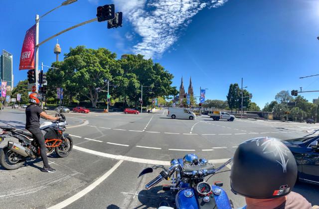 Personas manejando motocicleta en Sydney, después de conseguir su licencia de moto en Australia