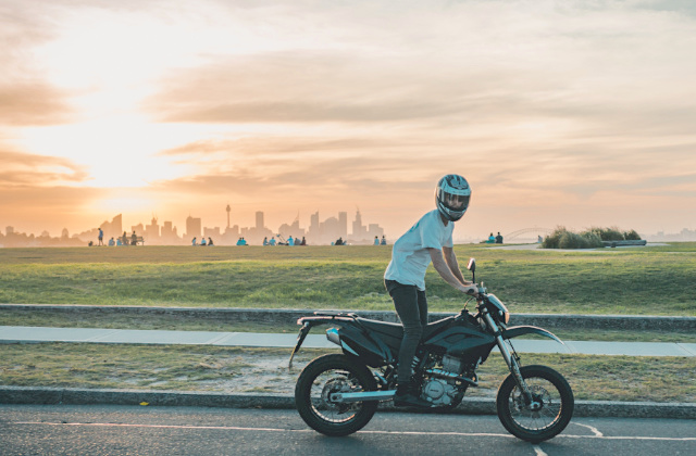 Persona manejando motocicleta en Sydney, Australia