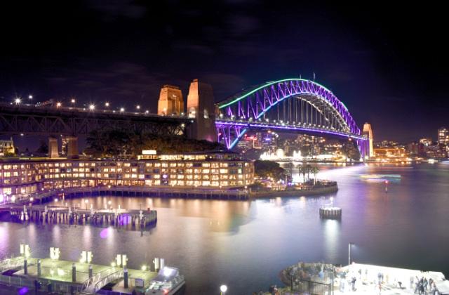 Cómo es vivir en Australia. Puente de la bahía iluminado con luces.