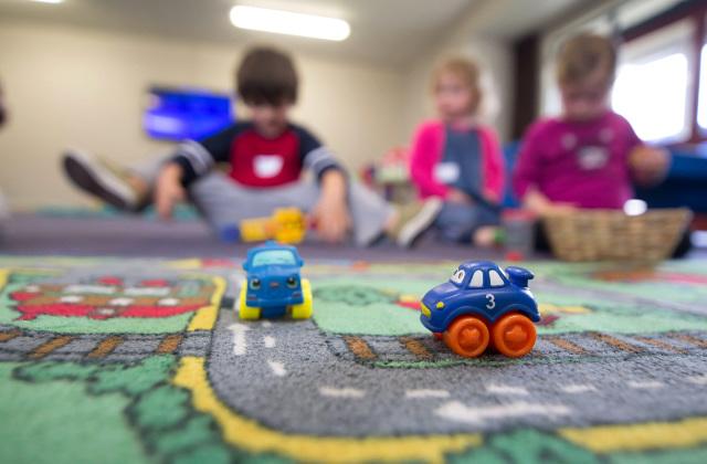 Niños jugando en uno de los grupos de juego.