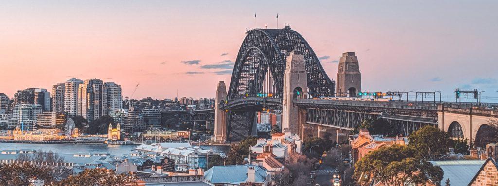 El Puente de la Bahía en Sydney durante el atardecer