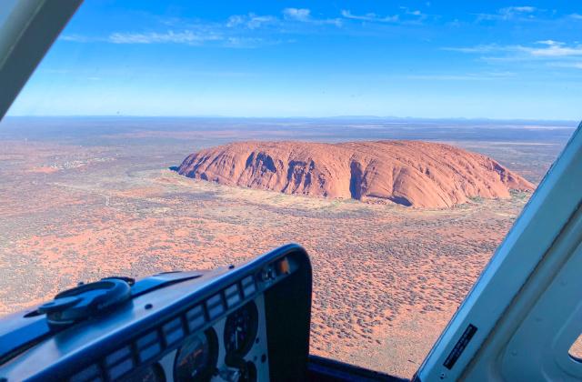 Vista aérea de Uluru desde un helicóptero