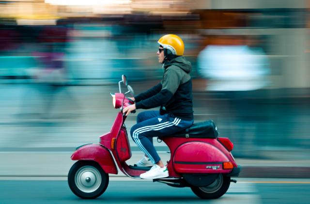 Persona manejando con el carnet de moto en Australia