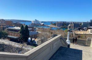 Vista a la Casa de la Ópera de Sydney desde las escaleras del Puente de la Bahía